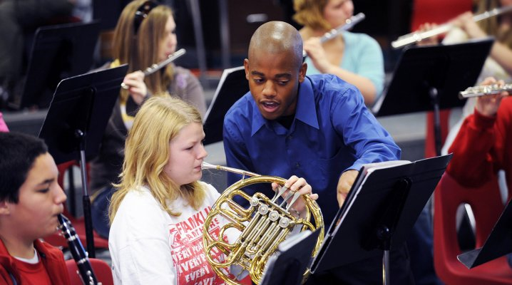 Doit-on apprendre le solfège avant l'instrument ?