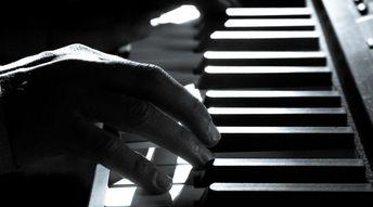 Dans l'accompagnement piano, que fait la main gauche?