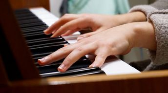 Professeur de piano pour enfants précoces